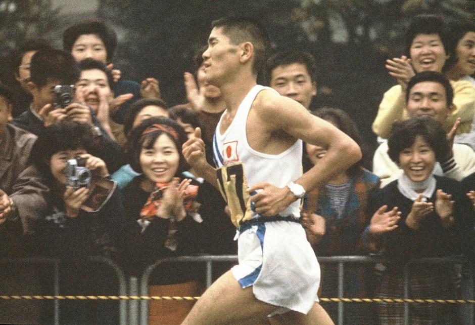 Kokichi_Tsuburaya 1964_adoring fans