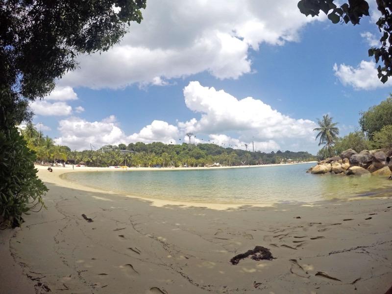 Prázdna pláž len kúsok od davov na ostrove Sentosa v Singapúre