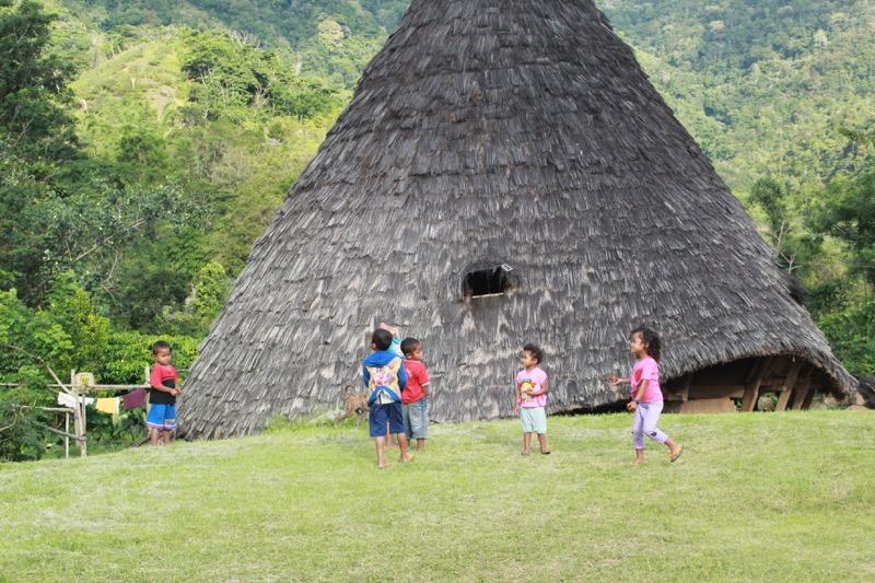 Deti sa hrajú vo Wae Rebo