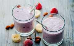 almond milk and berry smoothie