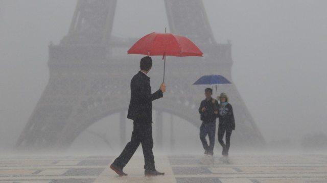 paris-umbrella-repairman