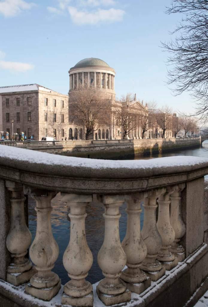 Winter citytrip Dublin | Grafton Street verlicht voor Kerstmis | Een zicht op Dublins Four Court vanaf Father Mathew Bridge