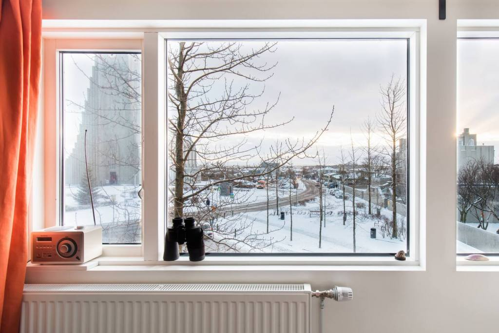 Airbnb IJsland - Stroll to Town in a 1930s Apartment with Landmark Views