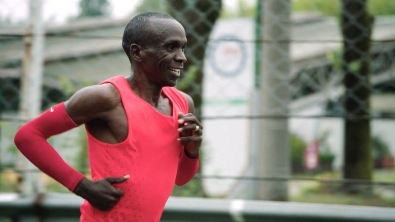 Eliud Kipchoge shows his mental strength, running with his trademark smile