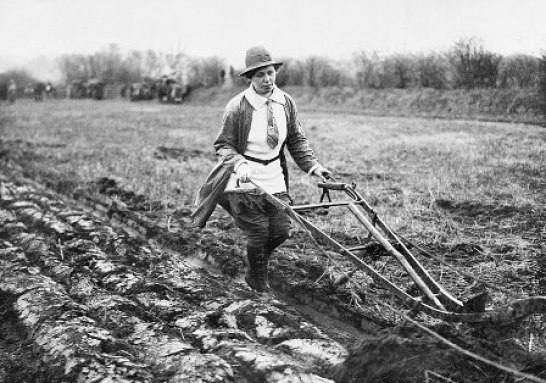 Woman in first world war farming