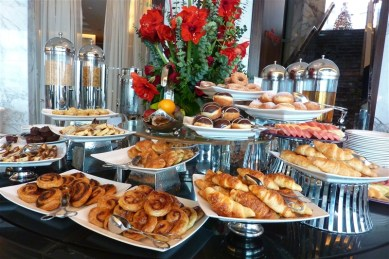 The breakfast buffet (Yes, I resisted the cakes & pastries - but not much else!)