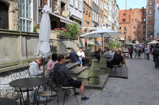 The houses in this street are characterised by porches extending out into the street, with access to cellars underneath. These were a common feature in Gdańsk's Golden Age. For practical reasons, these were only restored on this street after the war.