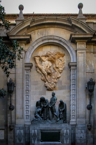 This monument portrays five martyrs who were executed following an attempted uprising against the French troops during the occupation of Barcelona in 1808.
