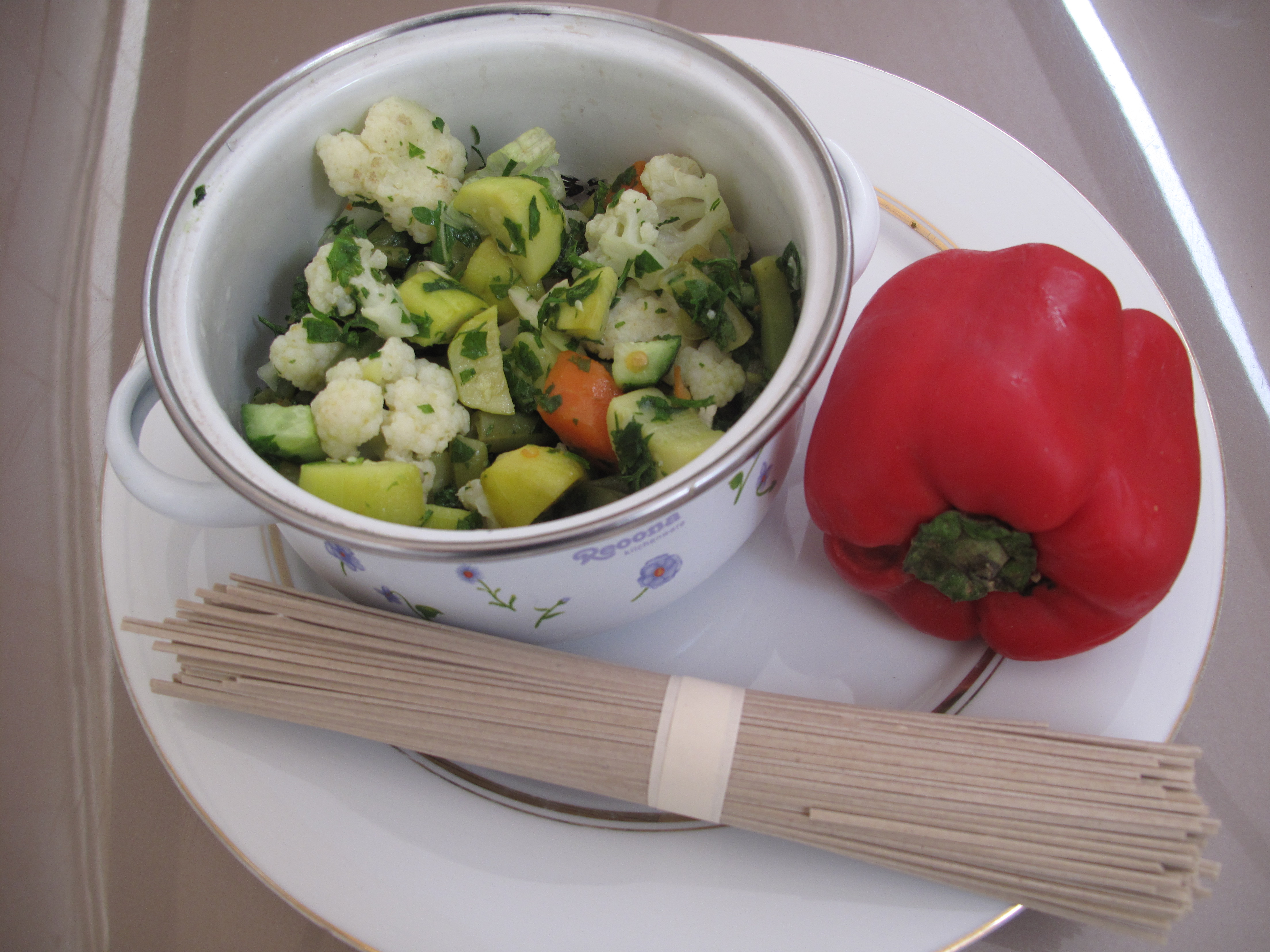 The ingredients: veggie salad, red pepper just to add color and crunch and 1 portion of rice noodles