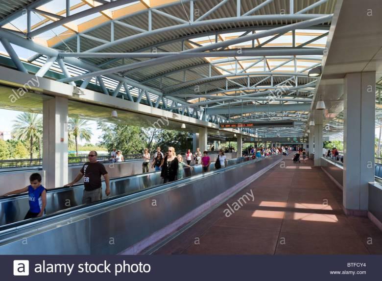 moving-walkway-into-universal-city-walk-universal-studios-orlando-BTFCY4