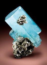438px-Beryl-Muscovite-aquamarine_nagar_balanced_budd-WBd