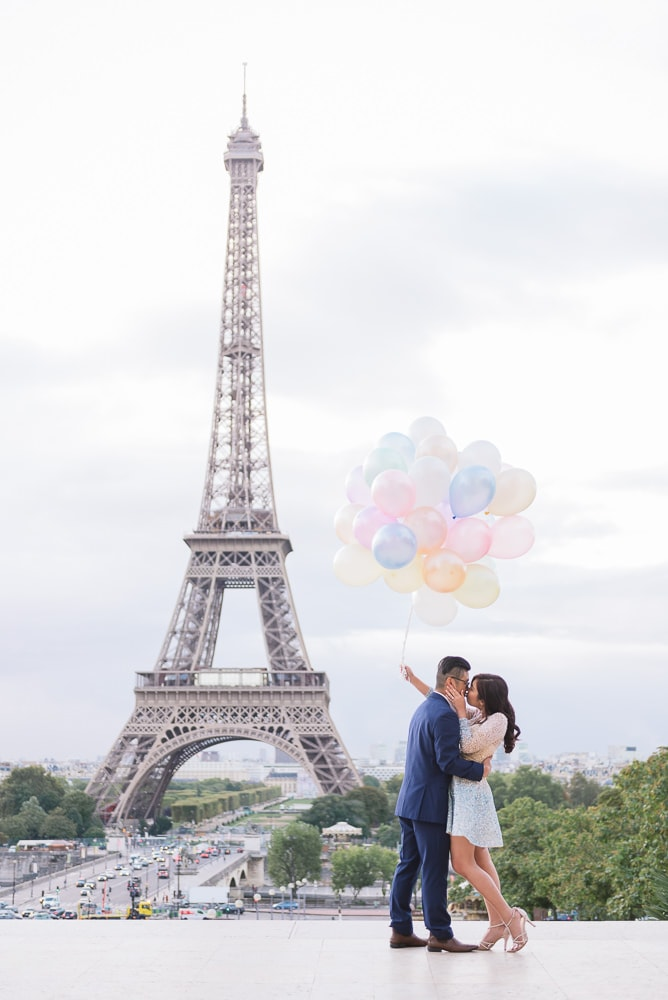 pre wedding paris - Kissing with balloons
