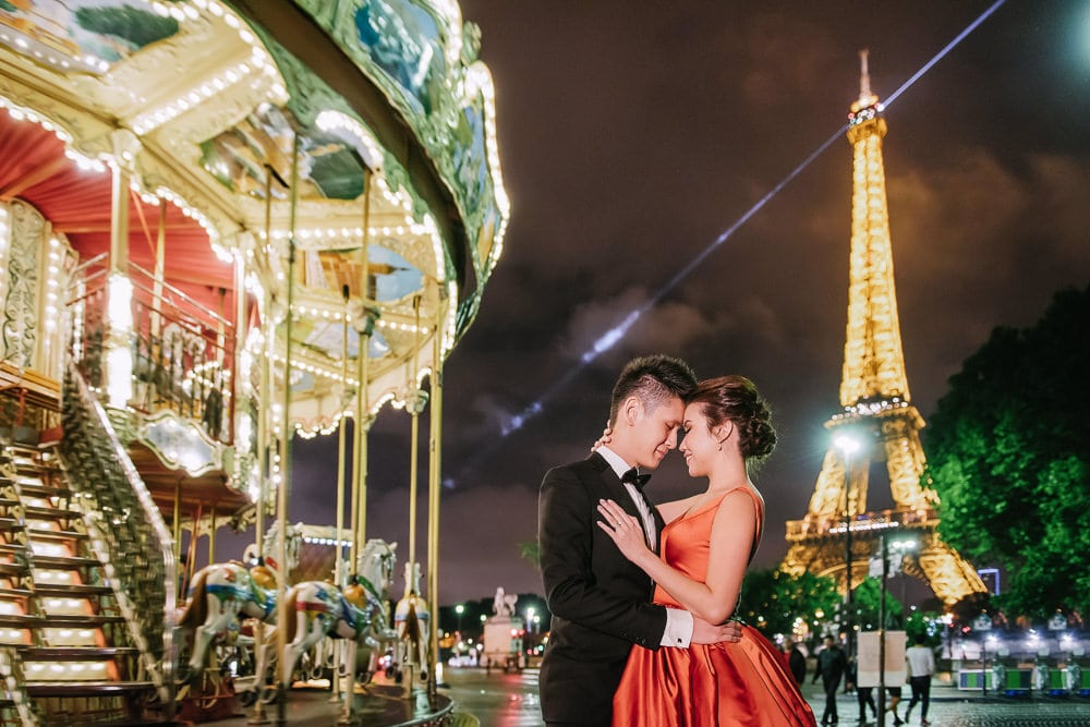 pre wedding photography paris - Super romantic moment at the Eiffel Tower Carousel