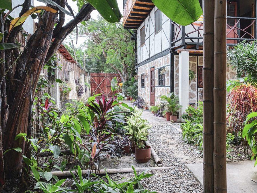 hidden house hostel montanita