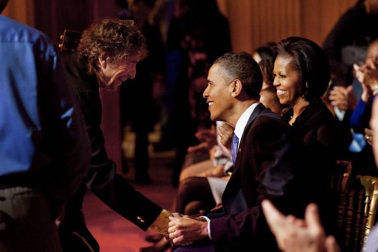 Bob Dylan shakes President Barack Obama's hand ( Photo: Pete Souza)