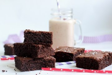 These melt-in-your-mouth healthy fudgy brownies are pure heaven in a bite. Plus they're gluten free and dairy free! Recipe by The Petite Cook