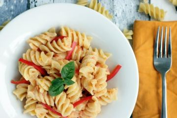 Fusilli with roasted red pepper pesto are easy to make, ready in 15 min and packed with vibrant italian summer flavours!