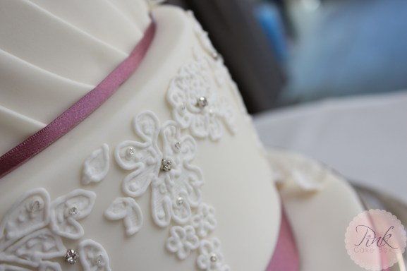 piped-lace-detail-wedding-cake