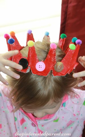 Egg carton crown craft - use recyclabes to make this dress up crown or tiara for pretend play for the kids. Arts & Crafts