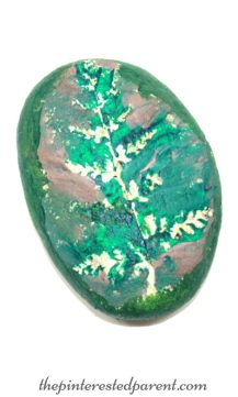 Nature resist painted rocks. A fun outdoor arts & crafts project that you can do with the kids.