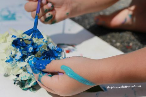 Painting flower petal - nature arts & crafts activities for kids. This is a wonderful spring & summer art project that you can do outdoors