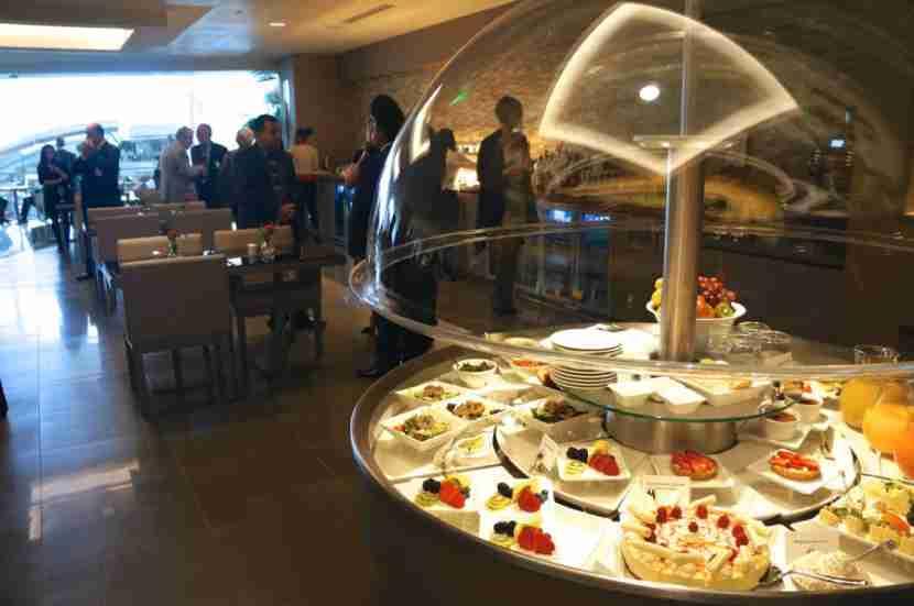 emirates-lounge-lax-dining-area-melanie-wynne