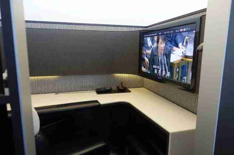 The ANA Suite Lounge has several cubicle workstations, complete with HDTVs.