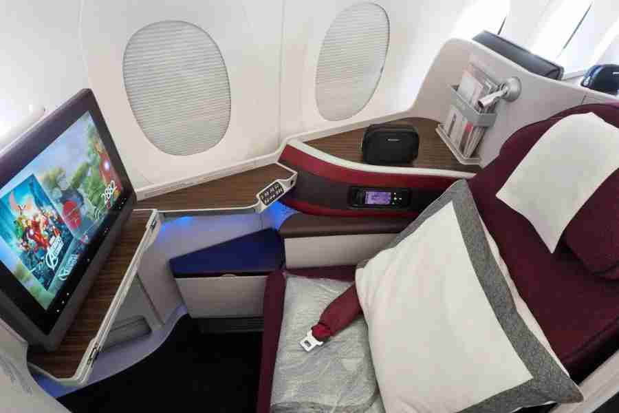"""You can """"dim"""" your windows on the Boeing Dreamliner, but you get full blackout shades on Qatar"""