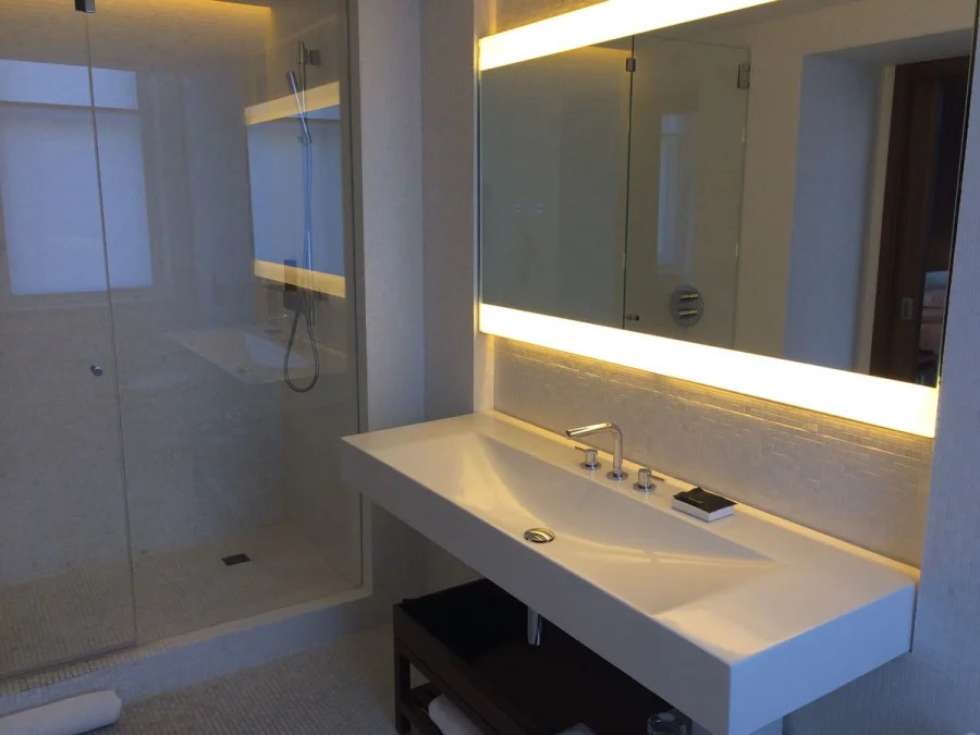 the london edition deluxe room bathroom melanie wynne Hotel Review The London EDITION