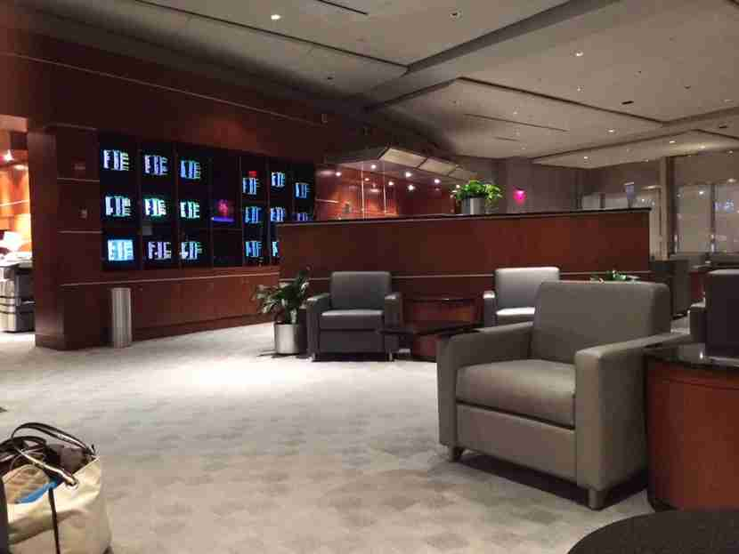 The (mostly empty) Admirals Club at PHL