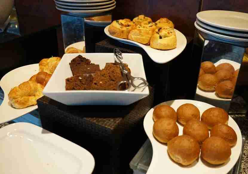 hilton-cartagena-executive-lounge-breads