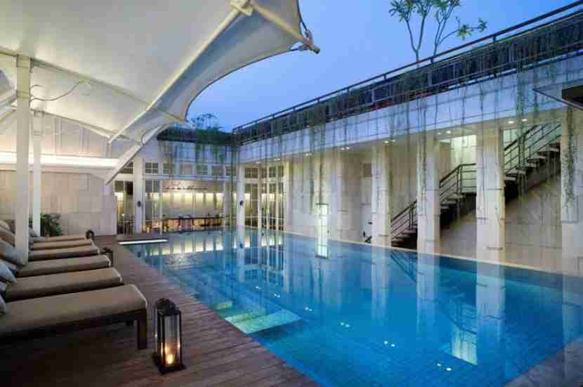 The rooftop pool at The Hermitage in Jakarta, Indonesia. Image courtesy of Starwood.
