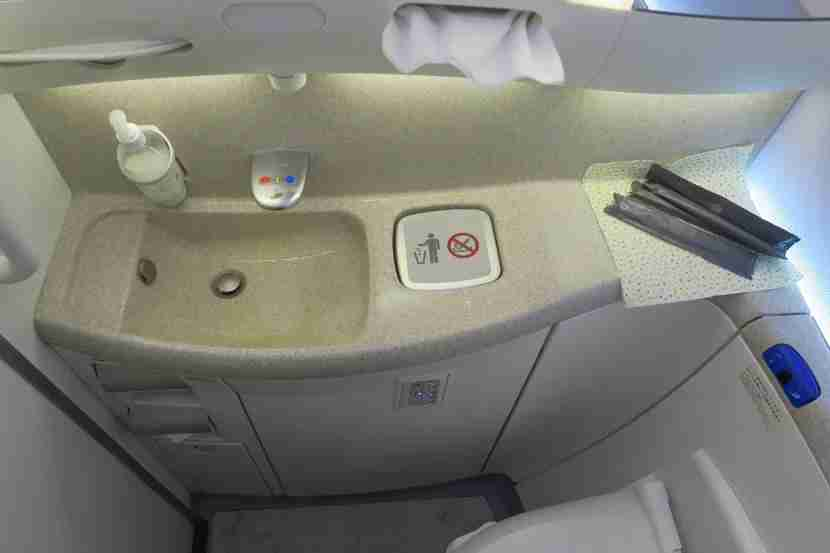 The JAL 787-800 bathrooms felt very modern.