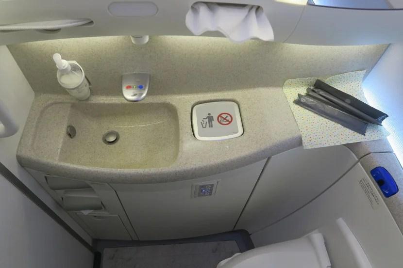The JAL 787-800 bathrooms felt very modern.