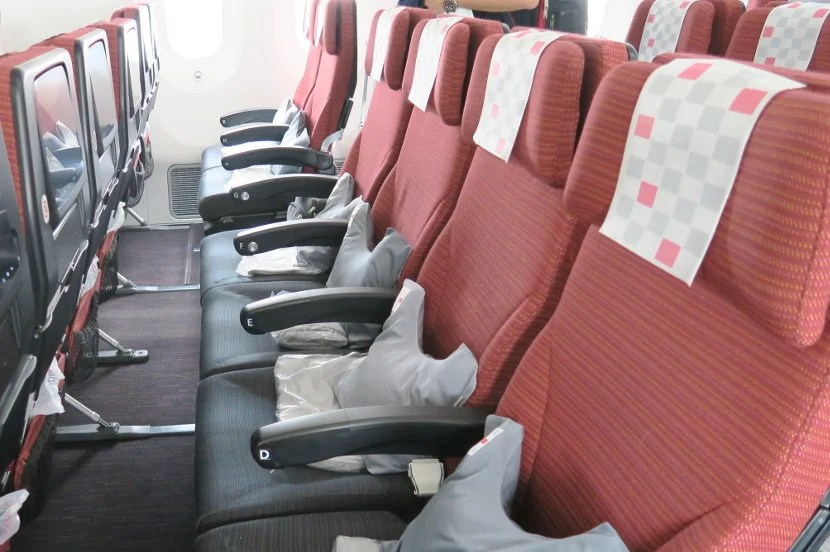"""The 33"""" pitch and 18.9"""" width are noticeable on the JAL 787-800."""
