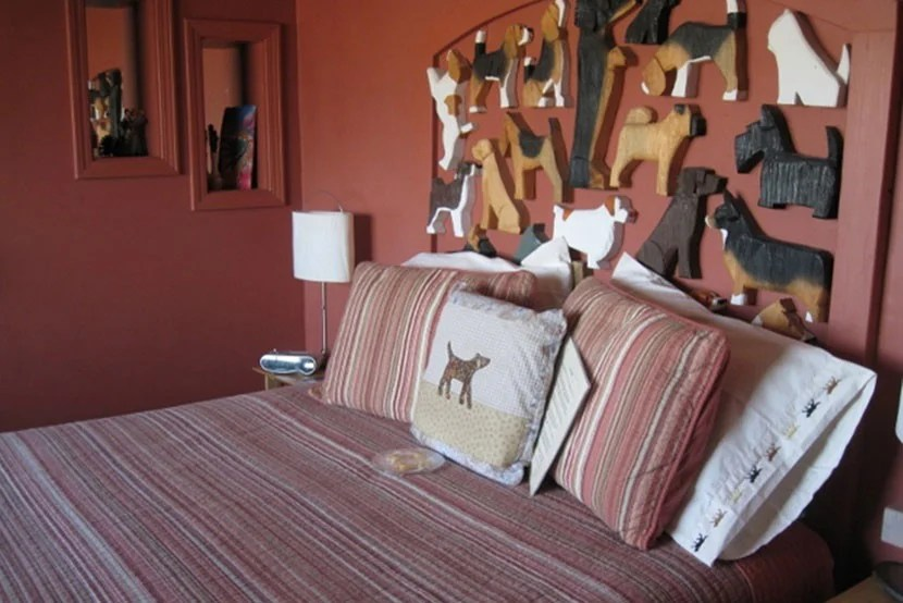 The doggie-themed bedroom — were you really expecting to see anything else inside a giant dog-shaped hotel?
