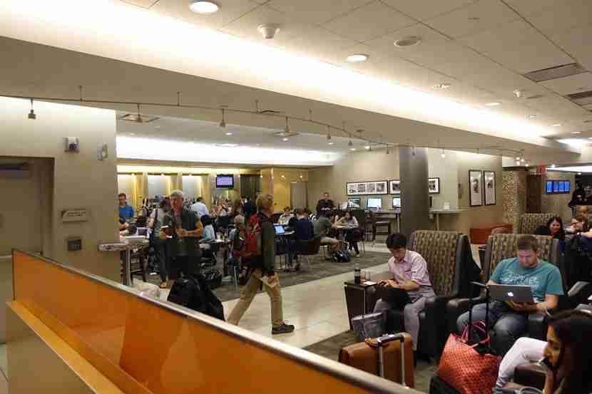 A crowded AdmiralsClub near gate 42still offers complementary snacks, as well as a variety of drinks.