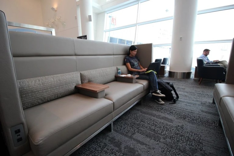 img-delta-sky-club-seattle-lounge-booth-seating