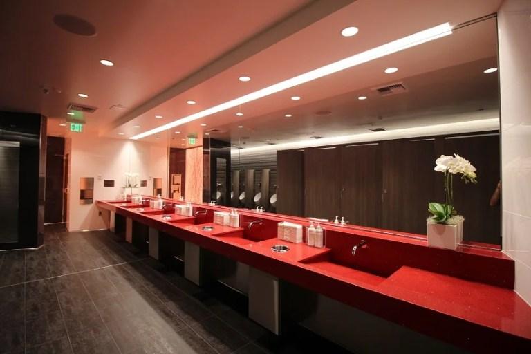 img-delta-sky-club-seattle-bathroom