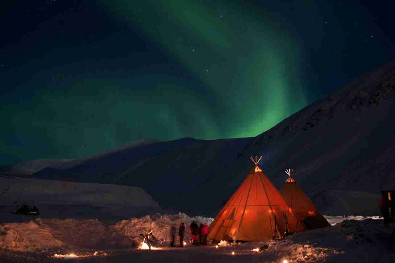Camp under the Northern Lights in Longyearbyen. Image courtesy of Marcela Cardenas/nordnorge.com.