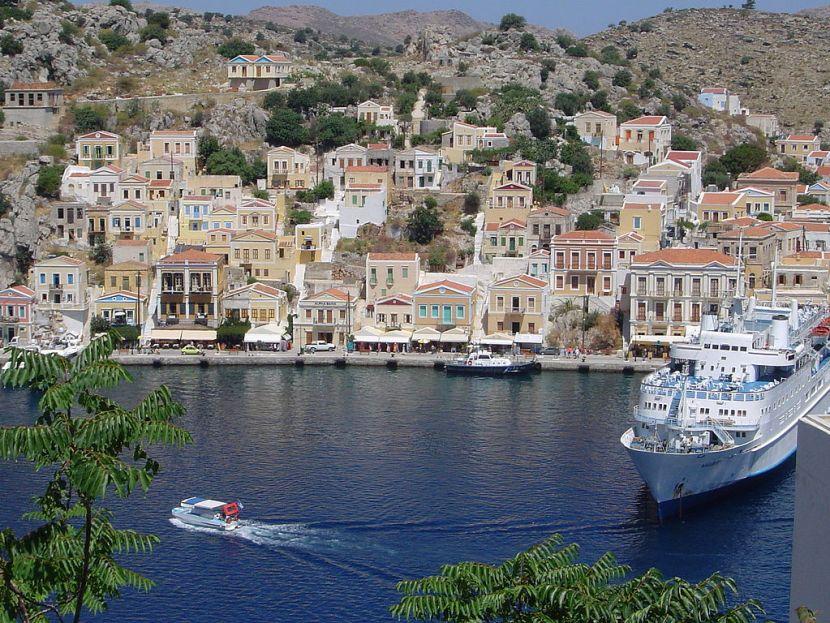 Les maisons colorées de Symi, Grèce.  Avec l'aimable autorisation de Scintella via Wikimedia Commons.