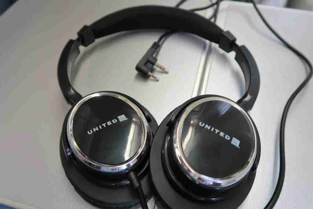 United 777-200 Polaris Business headphones