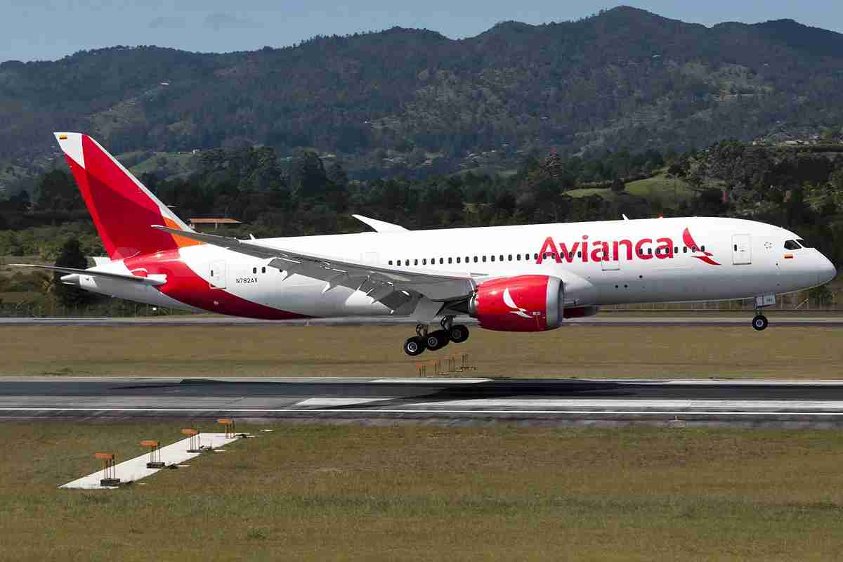 Avianca_Boeing_787-8_landing_at_Medellin_Airport
