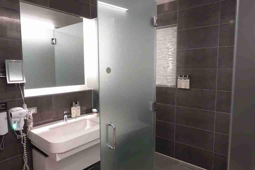 IMG-aa-biz-flagship-lounge-showers