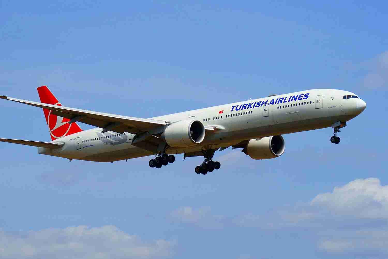 Turkish_Airlines_Boeing_777-300ER_landing_at_Tokyo_Narita_Airport