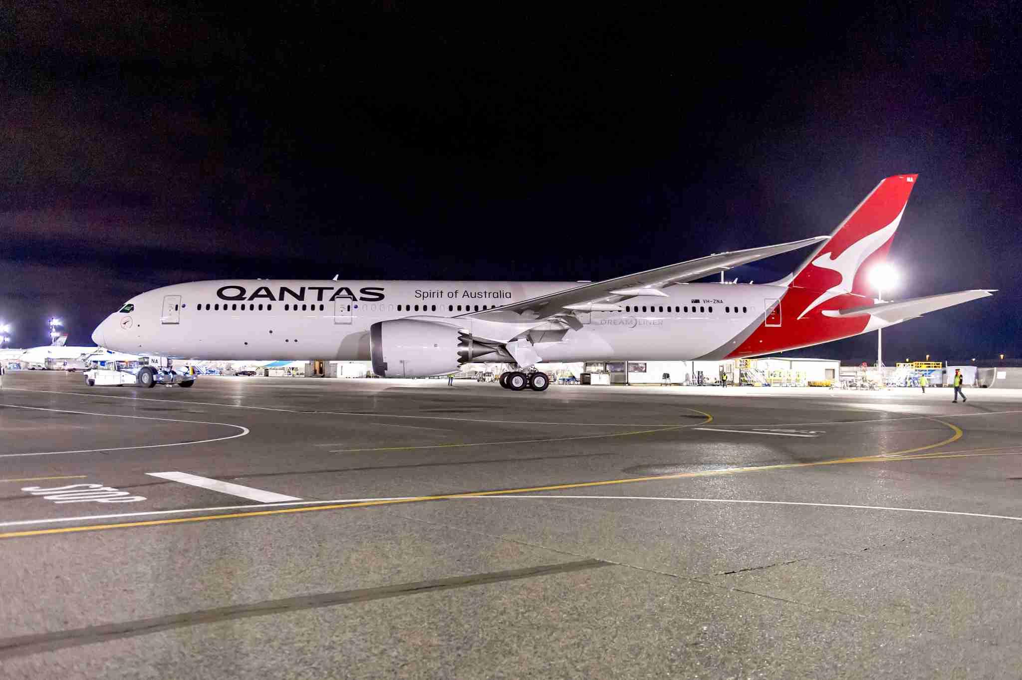 787-9 QAN #615-ZB269_ Paint Hangar Roll-Out