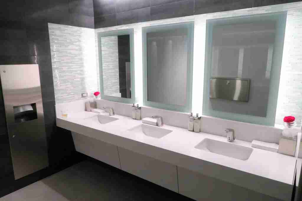AA ORD Flagship Lounge - bathrooms