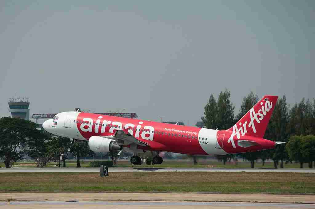 An AirAsia plane in Bangkok. Image courtesy of NurPhoto / Colaborador via Getty.