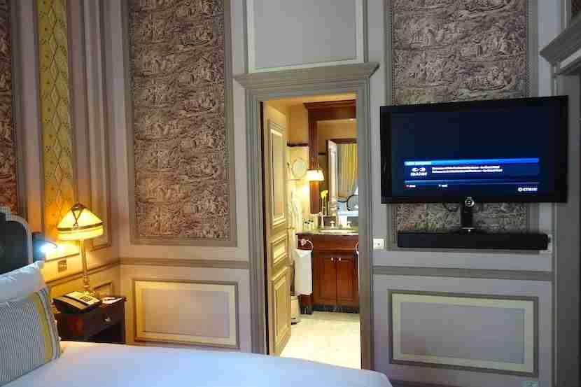 Intercontinental Bordeaux TV bathroom door