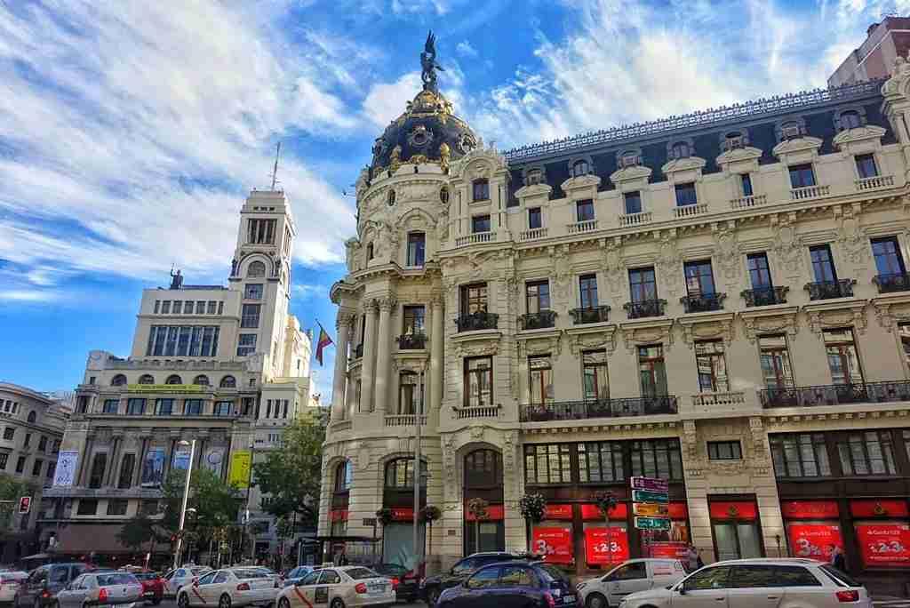 Calle Gran Vía and the Metropolis Building. Image by Lori Zaino.